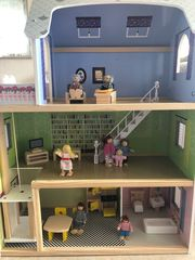 Drei stöckiges Puppenhaus