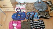 Viele verschiedene Handtaschen Damentaschen Mehrere