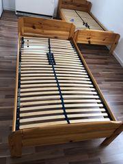 Zwei Betten ein Kleiderschrank und
