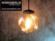 Kupferfarbene Designlampen am Pendelstab