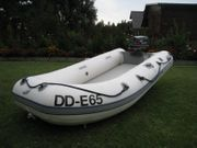 Großes Schlauchboot mit Außenborder