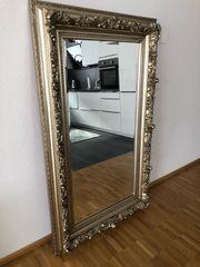 Spiegel mit Gold -Rand im