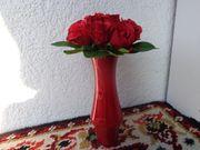Roter Rosenstrauß in einer roten