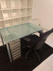 Büro Stuhl Glastisch Container Teppich
