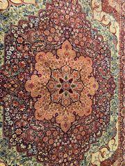 Schöner Teppich mit Ornamenten 250