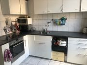 Küchenzeile mit Elektrogeräten