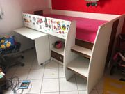 Kinderbett mit ausfahrbarem Schreibtisch