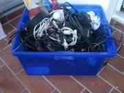 Eine Kiste mit Elektrokabel Pc