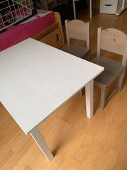 Kindertisch und 2 Stühle