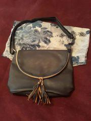 Blaue Handtasche mit dazupassendem Schal