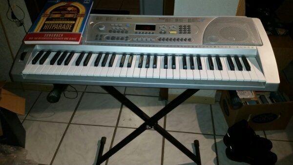 Keyboard mit Ständer zu verkaufen