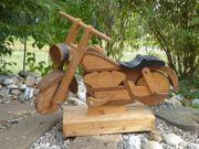 Motorrad mit Ständer aus Holz