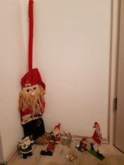 2 Christbaumständer und weihnachtliche Dekoration