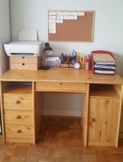 Geräumiger Schreibtisch z B für