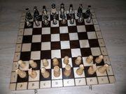 Schachbrett mit handgeschnitzten Figuren