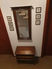 Beistelltisch Spiegel und kleine Bilder
