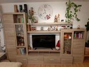 Wohnwand und Tisch