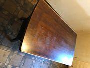 Tisch und 4 Stühle aus