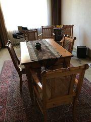 Tisch Stühle Sessel und Hängelampe
