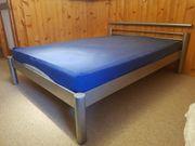 Bett mit Metallrahmen und verstellbarem