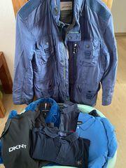 Wäschekorb voller Männerkleidung - Gr M
