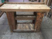 Anrichte aus Holzbohlen