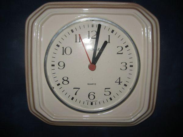 ältere Wanduhr Küchenuhr Porzellanuhr Uhr