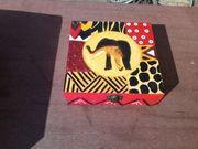 Mit afrikanischen Motiven bemalte Holzdose