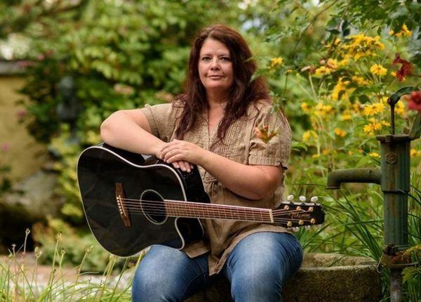 Sängerin mit Gitarre für Trauung
