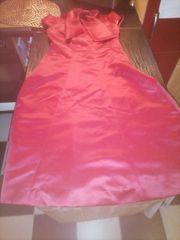 rotes rücken freies Kleid