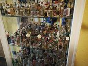Vitrine mit Miniatur Schnapsflaschen Sammlung