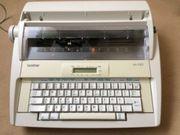 Elektronische Speicherschreibmaschine mit Tragegriff