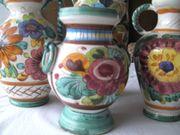 glasierte und bemalte Keramikvasen und