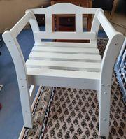 Weiße Holz-Sitzbank