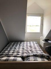 Schönes Bett mit Schublade unter