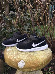 zwei paar Nike Schuhe