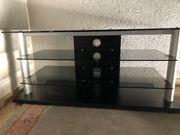 Fernsehtisch aus Glas mit Holzfüssen