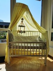 Babybett mit Schleier viel Zubehör