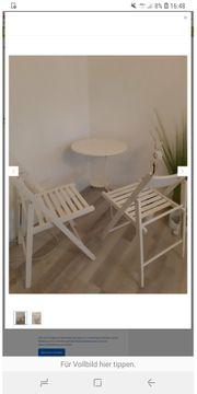 Beistelltisch mit zwei Holzklappstühlen weiss