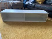 Weißes Regal von IKEA in