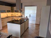 L-Küche mit großer Kücheninsel Wandblock