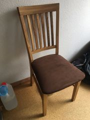 schöne Holzstühle mit brauner Sitzfläche