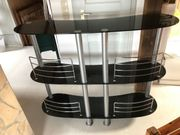 Halbrunde Stehbar mit dunklem Glas