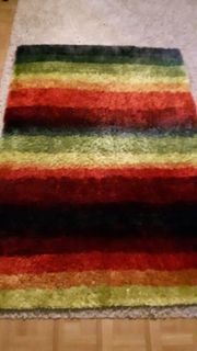 Farbenfroher plüschiger Teppich