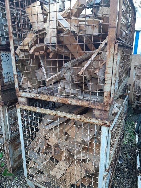 Brennholz in Gitterboxen