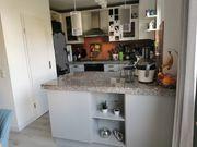 Küche mit E-Geräten ohne Kühlschrank