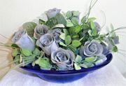 Blaue Glas-Schale mit Textilblumen