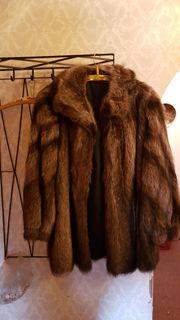 Verschiedene Pelze Jacken Mäntel Mützen