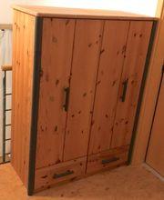 Massiver Holz-Kleiderschrank