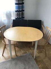 Couch mit Tisch und Stühlen